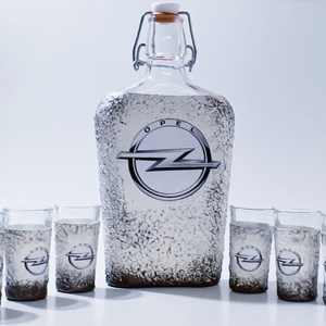 Opel csatos dísz- és használati italos üveg + röviditalos pohár autó rajongói ajándék szülinapra, névnapra, karácsonyra., Üveg & Kancsó, Konyhafelszerelés, Otthon & Lakás, Decoupage, transzfer és szalvétatechnika, Opel csatos dísz- és használati italos üveg röviditalos poharakkal, autó rajongói ajándék szülinapra..., Meska