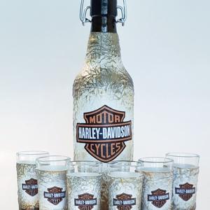 Harley Davidson  csatos dísz- és használati italos üveg, pálinkás üveg röviditalos poharakkal, rajongói ajándék., Otthon & lakás, Konyhafelszerelés, Férfiaknak, Sör, bor, pálinka, Legénylakás, Decoupage, transzfer és szalvétatechnika, Harley Davidson  csatos dísz- és használati italos üveg, pálinkás üveg röviditalos poharakkal, rajon..., Meska