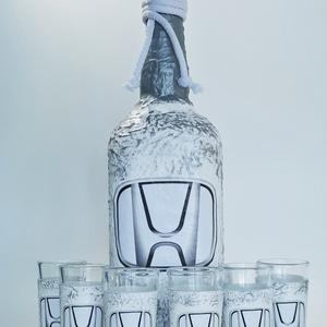 Honda díszüveg röviditalos poharakkal pálinkának, bornak, italos üveg szülinapra, névnapra, karácsonyra autó rajongóknak, Otthon & lakás, Konyhafelszerelés, Férfiaknak, Legénylakás, Sör, bor, pálinka, Decoupage, transzfer és szalvétatechnika, Honda díszüveg röviditalos poharakkal pálinkának, bornak, italos üveg szülinapra, névnapra, karácson..., Meska
