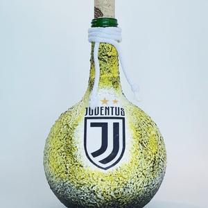 Juventus foci rajongói gömbölyű italos dísz- és használati pálinkás, boros üveg. Egyedi ajándék minden alkalomra., Otthon & Lakás, Dekoráció, Díszüveg, Juventus foci rajongói gömbölyű italos dísz- és használati pálinkás boros üveg. (1l )  Ital és foci ..., Meska