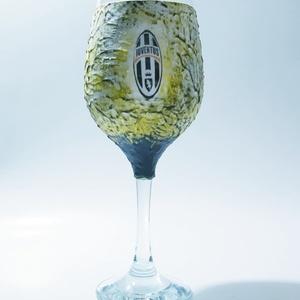 Juventus foci rajongói boros dísz- és használati pohár, Otthon & lakás, Konyhafelszerelés, Férfiaknak, Focirajongóknak, Sör, bor, pálinka, Decoupage, transzfer és szalvétatechnika, Juventus foci rajongói boros dísz- és használati pohár (2dl)\n\nKérhető új emblémával is. \n\nItal és fo..., Meska