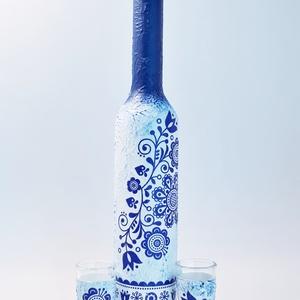 Kék virágmintás népművészeti dísz- és használati italosüveg, borosüveg röviditalos pohárral szülinapra, anyáknapjára, Otthon & Lakás, Dekoráció, Díszüveg, Decoupage, transzfer és szalvétatechnika, Kék virágmintás népművészeti dísz- és használati italosüveg, borosüveg, pálinkásvüeg röviditalos poh..., Meska