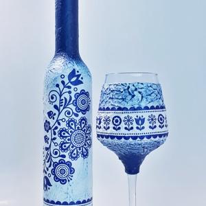 Kék virágmintás népművészeti dísz- és használati italosüveg, borosüveg borospohárral szülinapra, anyáknapjára, Otthon & Lakás, Dekoráció, Díszüveg, Decoupage, transzfer és szalvétatechnika, Kék virágmintás népművészeti dísz- és használati italosüveg borosüveg borospohárral,  névnapra, szül..., Meska