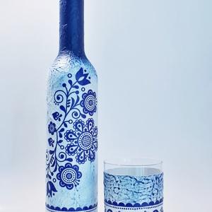 Kék virágmintás népművészeti dísz- és használati szörpös üveg, üdítős pohárral szülinapra, anyáknapjára, Otthon & Lakás, Dekoráció, Díszüveg, Decoupage, transzfer és szalvétatechnika, Kék virágmintás népművészeti dísz- és használati szörpös üveg üdítős pohárral névnapra, szülinapra, ..., Meska