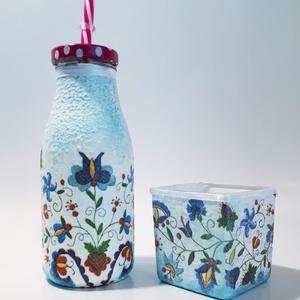 Kék virágmintás népművészeti dísz- és használati szívószálas üveg + gyerya szülinapra, névnapra, Otthon & lakás, Dekoráció, Ünnepi dekoráció, Anyák napja, Lakberendezés, Gyertya, mécses, gyertyatartó, Decoupage, transzfer és szalvétatechnika, Kék virágmintás népművészeti dísz- és használati szívószálas üveg + gyerya szülinapra, névnapra. (2d..., Meska