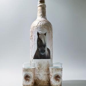 Lovas dísz-és használati italos üveg, pálinkás üveg, boros üveg röviditalos poharakkal ló kedvelőknek. lovasoknak., Otthon & lakás, Férfiaknak, Sör, bor, pálinka, Konyhafelszerelés, Legénylakás, Decoupage, transzfer és szalvétatechnika, Lovas dísz-és használati italos üveg, pálinkás üveg, boros üveg röviditalos poharakkal ló kedvelőkne..., Meska