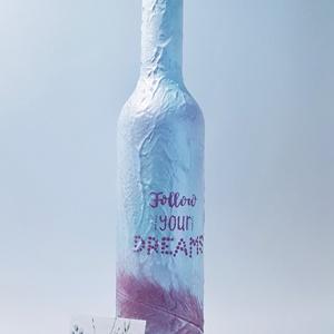 Follow your dreams - Kövesd az álmaidat, tollas dísz- és használati italos üveg, boros üveg, pálinkás üveg., Üveg & Kancsó, Konyhafelszerelés, Otthon & Lakás, Decoupage, transzfer és szalvétatechnika, Follow your dreams - Kövesd az álmaidat, kézzel feliratozott, tollas, hosszú nyakű elegáns dísz- és ..., Meska