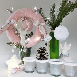 Adventi fehér gravírozott sötétben világító mécses zsenília fehér rénszarvasos, illatos szaloncukros ajtódísz, kopogtató, Karácsonyi kopogtató, Karácsony & Mikulás, Mindenmás, Pink zseníila fehér rénszarvasos, illatos szaloncukros gömbös ajtódísz, kopogtató, szobadísz, karács..., Meska