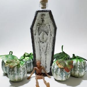 Halloween koporsó csontvázzal dísz - és használati sötétben világítós üveg, halloween party ajándék, őszi dekoráció, Otthon & Lakás, Dekoráció, Díszüveg, Festett tárgyak, Halloween koporsó csontvázzal dísz - és használati sötétben világítós üveg, halloween party ajándék,..., Meska