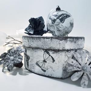 Fekete pillangó szív alakú díszdoboz fekete pillangós karácsonyfagömbbel ajándék karácsonyra pillangó imádóknak. , Otthon & Lakás, Dekoráció, Dísztárgy, Decoupage, transzfer és szalvétatechnika, Fekete pillangó szív alakú díszdoboz fekete pillangós karácsonyfagömbbel ajándék karácsonyra pillang..., Meska