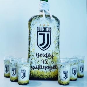 Juventus foci rajongói lapos italos dísz- és használati üveg röviditalos poharakkal futball szurkolói ajándék, Otthon & Lakás, Dekoráció, Díszüveg, Juventus foci rajongói lapos italos dísz- és használati pálinkás, boros, italos üveg röviditalos poh..., Meska