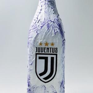 Juventus foci rajongói csatos szögletes italos dísz- és használati üveg, egyedi ajándék minden alkalomra., Otthon & Lakás, Dekoráció, Díszüveg, Juventus foci rajongói csatos szögletes italos dísz- és használati pálinkás, boros üveg. (1l ) Kérhe..., Meska
