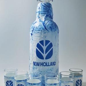 NEW HOLLAND italosüveg, NEW HOLLAND rajongói ajándék röviditalos poharakkal szülinapra, névnapra, karácsonyra. , Otthon & Lakás, Dekoráció, Díszüveg, Decoupage, transzfer és szalvétatechnika, New Holland italos üveg, pálinkás üveg röviditalos poharakkal traktor kedvelőknek. (1 l csatos üveg ..., Meska