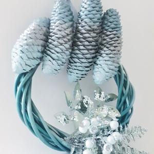 Kék tobozos ajtódísz, kopogtató, koszorú, ajándék kék imádóknak. , Otthon & Lakás, Dekoráció, Ajtódísz & Kopogtató, Újrahasznosított alapanyagból készült termékek, Festett tárgyak, Kék tobozos ajtódísz, kopogtató, koszorú, ajándék kék imádóknak. \nMérete: 15-18 cm. (átmérő) \n\nA kék..., Meska