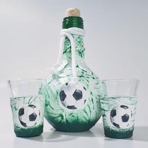 Focis pálinkás üveg zöld-fehér futball labdás üveg pálinkás pohárral rajongói névnapi ajándék férfiaknak férfiaknak., Otthon & Lakás, Dekoráció, Díszüveg, Decoupage, transzfer és szalvétatechnika, Focis pálinkás üveg zöld-fehér  futball labdás üveg, + 2db pálinkás pohár, röviditalos pohár futball..., Meska