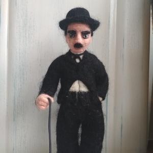 Chaplin, Dekoráció, Otthon & lakás, Dísz, Gyurma, Nemezelés, A némafilmek királya: Charlie Chaplin. Örök kedvencem a csetlő-botló csupaszív figura. 21cm magas, 1..., Meska