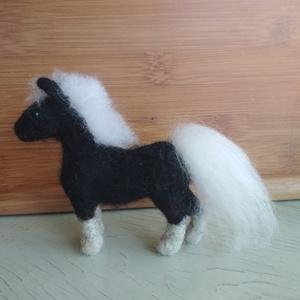 Lovacska, Ló, Plüssállat & Játékfigura, Játék & Gyerek, Nemezelés, A termék egy miniatűr lovacska.\nMi, aki szeretjük az állatokat, csak kapkodjuk a fejünket a sok tünd..., Meska