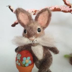 Festőművész nyuszi, Otthon & lakás, Dekoráció, Ünnepi dekoráció, Húsvéti díszek, Nemezelés, Egy nyuszi, akinek az a dolga, hogy, gyönyörűszép tojásokat fessen a gyerekeknek.\nBájos kis figura, ..., Meska