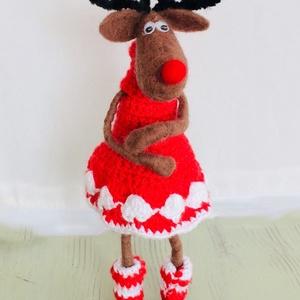 Rénszarvaslány kötött ruhácskában, Gyerek & játék, Otthon & lakás, Játék, Báb, Baba játék, Dekoráció, Ünnepi dekoráció, Karácsony, Karácsonyi dekoráció, Horgolás, Nemezelés, Tüneményes tűnemezelt karácsonyi rénszarvas figura.\nA bábu drótvázra készült, teste tűnemezeléssel k..., Meska
