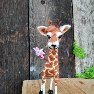 Zsiráfmama és kislánya, Otthon & Lakás, Dekoráció, Asztaldísz, Nemezelés, Nagyon szeretem a meséket és a zsiráfokat csodálatos állatoknak tartom. Ebből a kombinációból szület..., Meska