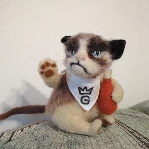 Grumpy a morcos cica, Otthon & Lakás, Dekoráció, Asztaldísz, Nemezelés, Grumpy a morcos cica.\nMég a legjobb pillanatában is foghegyről, lefitymálva szemléli  maga körül a v..., Meska