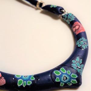 Millefiori nyakperec - sötétkék alapon virágos - ékszer - nyaklánc - medál nélküli nyaklánc - Meska.hu
