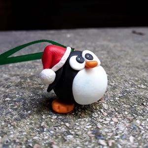 Pingvin figura - téli, Karácsony & Mikulás, Mikulás, Gyurma, Aranyos duci pingvin-figura Mikulás-sapkában a karácsonyfára, vagy dekorációként!\n\nA figura magasság..., Meska