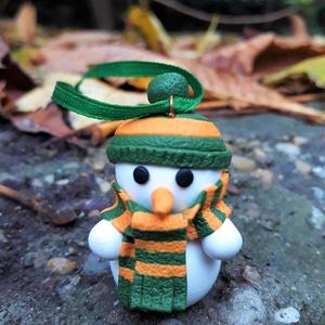 Hóember figura karácsonyfadísz, Karácsony, Otthon & lakás, Dekoráció, Ünnepi dekoráció, Karácsonyfadísz, Karácsonyi dekoráció, Gyurma, Aranyos hóember figura a karácsonyfára, vagy dekorációként, minden apró részletre kiterjedően! Nézd ..., Meska