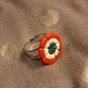 Kokárda gyűrű - süthető gyurmából, Ékszer, Gyűrű, Gyurma, Ékszerkészítés, Plast-Kitt süthető gyurmámból kézzel készült klasszikus kokárda gyűrű.\nA kokárda átmérője 1,5 cm, a ..., Meska