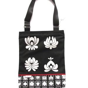 Fekete vászon táska fehér matyó virágokkal (bimbadesign) - Meska.hu