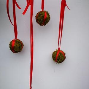 Karácsonyi zuzmógömb kollekció, Karácsony & Mikulás, Karácsonyfadísz, Virágkötés, Csomózás, Karácsonyi zuzmógömb kollekció piros szatén szalaggal felfüggesztve. A kollekció három teljesen zuzm..., Meska