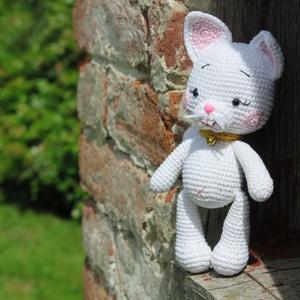Sunny a fehér cica, Játék & Gyerek, Plüssállat & Játékfigura, Cica, Horgolás, Amigurumi technikával, kézzel készített horgolt, fehér cica.\nBababarát, 100% pamut Catania fonalból,..., Meska