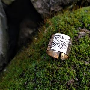 Poncolt sárgaréz gyűrű, Ékszer, Gyűrű, Fémmegmunkálás, Ékszerkészítés, Poncolással díszített gyűrű sárgaréz lemezből. (Ezüstből rendelhető, lásd lejjebb!)\n\nA gyűrű kerület..., Meska