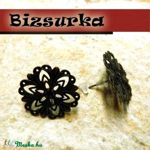 1 pár Antik bronz, virág fülbevaló / 2 típus, Gyöngy, ékszerkellék, Üveglencse, Ékszerkészítés, Választható:\n- 1. Antik bronz, csipke  virág díszes fülbevaló.\n- 2. Antik bronz virág\n\nTovább díszít..., Meska