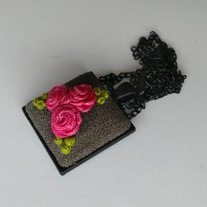 Virágos nyaklánc, Ékszer, Nyaklánc, Medálos nyaklánc, Hímzés, Szürke alapon pink rózsák. A díszítése szalaghímzéssel készült, mindegyik virág saját hímzésű. A med..., Meska