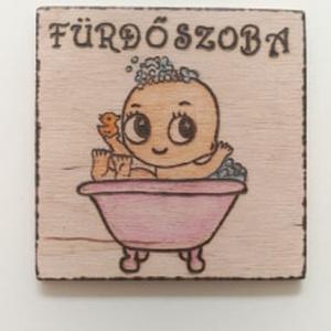 """Ajtójelölő tábla """" Fürdőszoba"""", Otthon & lakás, Lakberendezés, Ajtódísz, kopogtató, Gravírozás, pirográfia, Ajtójelölő tábla """" Fürdőszoba""""  Pirográf technikával (égetéssel) készítettem és akvarell ceruza felh..., Meska"""
