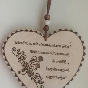 Szív alakú táblácska édesanyáknak, Otthon & lakás, Dekoráció, Ünnepi dekoráció, Anyák napja, Gravírozás, pirográfia, Famegmunkálás,  Szív alakú táblácska az édesanyáknak, akár Anyák napjára, akár csak ajándékba.  Pirográf technikáva..., Meska