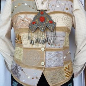 Drapp színű mellény, Mellény, Női ruha, Ruha & Divat, Varrás, Patchwork, foltvarrás, Rátétes technikával készült, elején és hátán formázó varrásokkal elkészített mellény. \nElejét és hát..., Meska