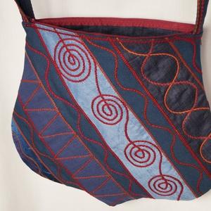 Kék, szivárványos, nagy méretű, íves formájú táska (bkrisztina) - Meska.hu