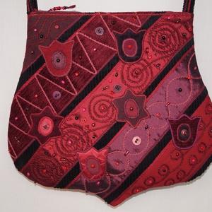 Bordó, tulipános válltáska, Válltáska, Kézitáska & válltáska, Táska & Tok, Patchwork, foltvarrás, Varrás, Gondosan összeválogattam bordó, lila és piros anyagaimat és ebből készítettem el, ívelt formájú tásk..., Meska