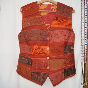 Narancs-barna színű, gyöngyös, applikált mellény 2., Mellény, Női ruha, Ruha & Divat, Varrás, Patchwork, foltvarrás, Rátétes technikával készült, elején és hátán formázó varrásokkal elkészített mellény.\nElejét és hátá..., Meska