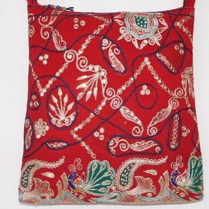AJÁNDÉKKAL! India fényei, piros-arany, kézzel hímzett, pávás-virágos válltáska (bkrisztina) - Meska.hu