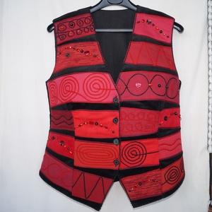 Piros-bordó-fekete, gyöngyös, applikált mellény, Táska, Divat & Szépség, Ruha, divat, Női ruha, Póló, felsőrész, Varrás, Patchwork, foltvarrás, Rátétes technikával készült, elején és hátán formázó varrásokkal elkészített mellény. \nElejét és hát..., Meska