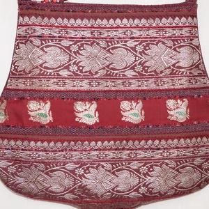 AJÁNDÉKKAL! Bordó-ezüst, íves formájú, indiai virág mintás, bordó csíkos, közepes méretű válltáska (bkrisztina) - Meska.hu