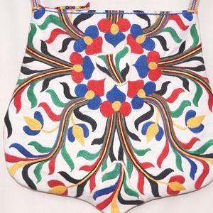Kézzel hímzett színes, virágos, Frida nagy méretű válltáska, Táska, Táska, Divat & Szépség, Válltáska, oldaltáska, Gyerek & játék, Varrás, Hímzés, Bézs dekorszövetből és kézzel hímzett, színes vintage terítőből készült, különleges, íves formájú, n..., Meska