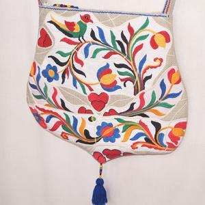 Kézzel hímzett színes, madaras, szíves, Frida nagy méretű válltáska (bkrisztina) - Meska.hu