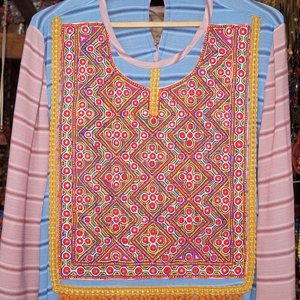 Tükör hímzett, színes tunika M- L-es méret, Táska, Divat & Szépség, Női ruha, Ruha, divat, Póló, felsőrész, Blúz, Varrás, Hímzés, Kellemes tapintású, kék és mályva színű, pamut-viszkóz anyagból készült, hosszú ujjú tunika.\nA tunik..., Meska