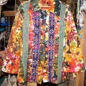 Színes, batikolt, hosszú ujjú blúz M-L, Blúz, Női ruha, Ruha & Divat, Varrás, Színes, batikolt, pamutvászonból készült, hosszú ujjú, galléros blúz.\nEleje végig, behúzott gombokka..., Meska