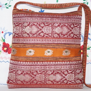 Rozsdabarna-piros-ezüst, különleges indiai esküvő, narancs csíkos, közepes méretű válltáska.., Válltáska, Kézitáska & válltáska, Táska & Tok, Varrás, Patchwork, foltvarrás, Narancssárga-rozsdabarna, szövésében színátmenetes dekorszövetből készült, különleges, trapéz formáj..., Meska