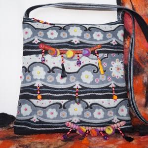 Fekete-szürke bohém 2. válltáska, nemezelt és gyöngyös díszítéssel, Táska, Divat & Szépség, Táska, Válltáska, oldaltáska, Gyerek & játék, Varrás, Nemezelés, Erős, jó tartást biztosító, fekete farmervászonból készítettem ezt a téglalap formájú táskát. \nElejé..., Meska